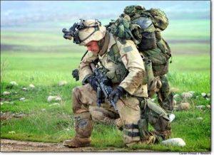 изображение блога солдата, стоящего на коленях, несущего все свое снаряжение