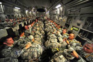 фото в блоге солдат на самолете со всем их оборудованием на коленях